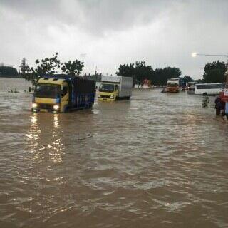 Jalan sekitar sungai Comal